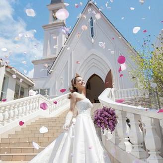 チャペル前の大階段で祝福のフラワーシャワーを