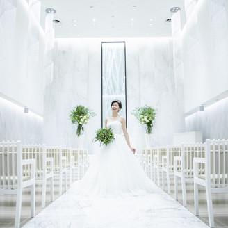 """""""清らかな水""""がテーマの挙式場。白で統一された空間は、よりウエディングドレス姿を輝かせることでしょう。教会式・人前式いづれも叶う100名収容のセレモニースペースとなっております。"""