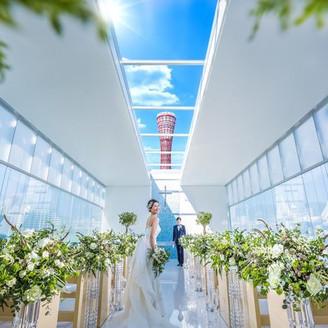 自然光が注ぐガラス張りのチャペル「アクアホール」神戸のシンボルが見守るガラスのチャペルで特別な時間を過ごす夢のような時間