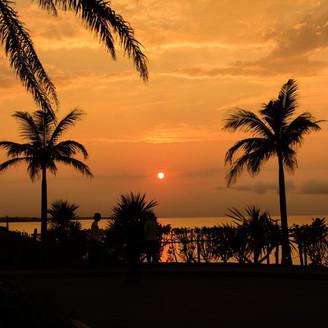 ホテル入り口・車寄せからみた夕陽