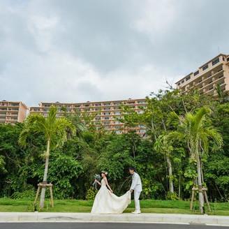 目の前のビーチにて式前に撮影。ホテルを背に。
