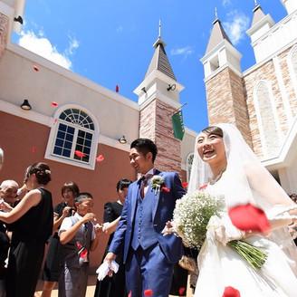 挙式後は笑顔で祝福のフラワーシャワー。