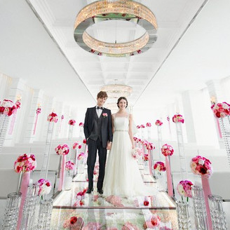 【クリスタルチャペル】スタイリッシュなホワイトを基調にした、神秘的で透明感のあるチャペルに思わず感動!窓から注ぐ自然光でキラキラと輝く天井のクリスタルと、可愛いピンクのグラデーションで仕上げたフラワーバージンロードがロマンチック。