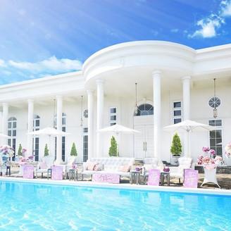 広大な敷地に佇む白亜の邸宅は存在感抜群!