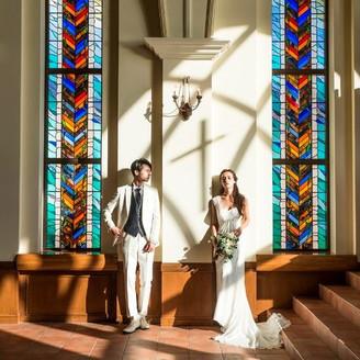 ステンドグラスが美しいアリビラ・グローリー教会のチャペルは、恰好のフォトスポット。