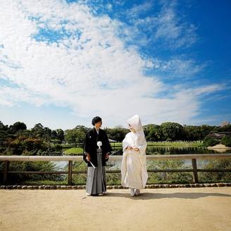当日の挙式前に、広い園庭内で写真の撮影タイム。広い青空が見渡せるポイントでの一枚。