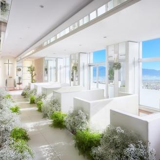 地上90m、ホテル最上階の 「スカイチャペル」。 琵琶湖を臨む絶景のチャペルで おふたりの誓いを。