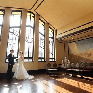 大きな窓から柔らかな自然光が差し込み温かい雰囲気のなか写真撮影ができる!