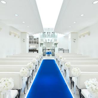 白を基調としてガラスの祭壇が輝く純白のチャペル。