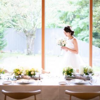 柔らかな光をまとった花嫁が美しく輝く
