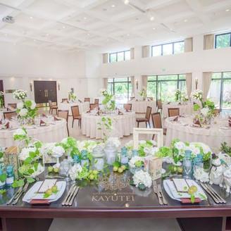 オープンテラス付きパーティールームは天井高5m。窓からは自然光が射し込み抜群の開放感を実現。
