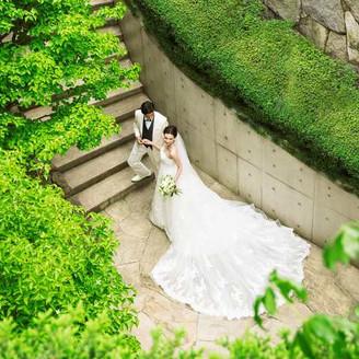 チャーチ横にはある緑に囲まれた螺旋階段でフラワーシャワーやブーケトスも人気