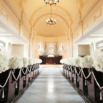 天井高8mを誇るドーム型チャペルは自然光が射し込み、讃美歌が響き渡る荘厳な空間。
