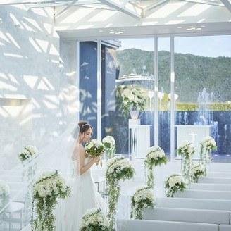 ガラス張りの天井一面からは自然光が会場内を包み込む。リバースイート京都鴨川が誇る「純白のチャペル」