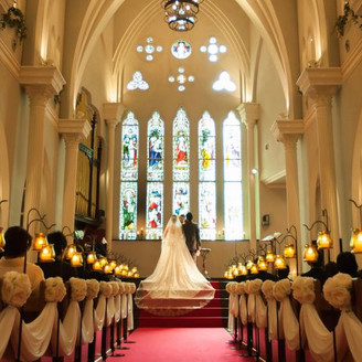 祭壇まで続く5段の階段は、ドレス姿がより一層映える。どの席からも新郎新婦の姿がしっかり見えることもゲストが嬉しいポイント。