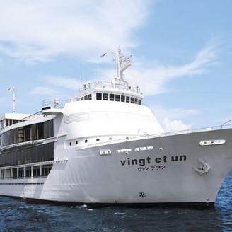 青い海に映える豪華客船