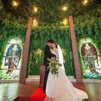 レンガ造りの独立方チャペルに一歩入ると壁一面のグリーンが広がる落ち着いた空間。18世紀のイギリス製アンティークのステンドグラスが大切な瞬間を彩ります