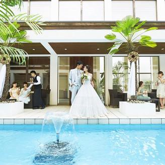 一歩足を踏み入れると、プールの青とヤシの緑が目に鮮やかな館内