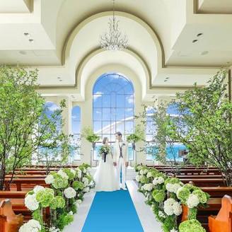 邸宅の最上階から海を臨むチャペル会場!誓いの場にふさわしい本格派チャペルを飾るのは海へと続く青いバージンロード。アーチ状のガラス窓は「おふたりの愛が永遠に続きますように・・・」という願いが込められています。