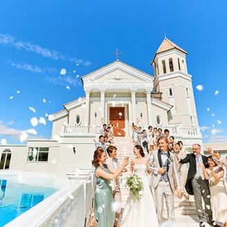 挙式後はチャペルから続く大階段でフラワーシャワーの祝福を!誰もが忘れられない挙式にしよう!