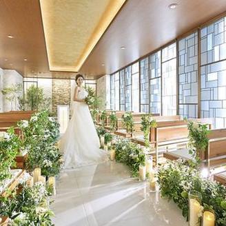 祭壇後ろには清流をイメージした滝が流れ、自然光で輝くステンドグラスが印象的なチャペル。挙式後はゲストの温かなフラワーシャワーの祝福に包まれて・・・