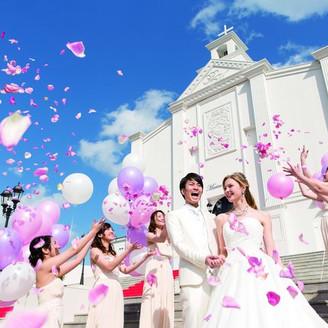 チャペル前の大階段では、フラワーシャワーやバルーンリリースでゲストと幸せをシェアして。
