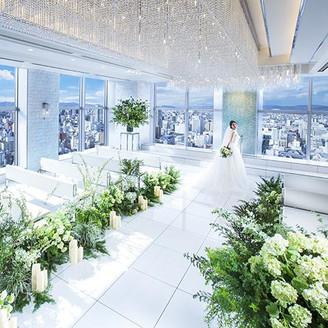 前面に広がる窓から差し込む優しい光と岡山市街がお二人を祝福