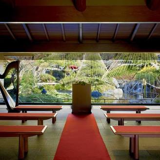 季節を感じる日本庭園をバックに人生の大切な誓いを立てる場所