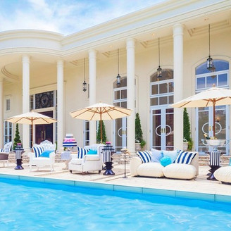 一軒家の邸宅全てを貸切に。緑溢れるガーデンと広大なプールのある白亜の邸宅で、ゲストを囲んでのアットホームウェディングが叶う。