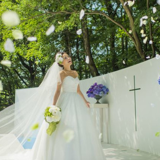 泉を設えた屋外祭壇ではフラワーシャワーが優しい風に吹かれる