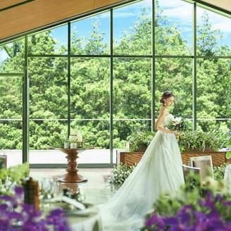 【京都駅10分・祇園四条駅徒歩5分】東山の絶景を望む自然溢れる空間で寛ぎのひと時を。八坂の風情と祇園の品格が融合された新スタイル空間。花嫁の立ち姿やシルエットまで美しく、ふたりとゲストをやさしく包み込む白亜のチャペルも必見!