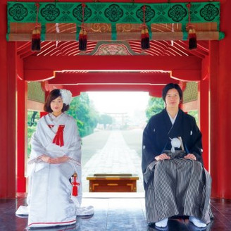 800年以上の歴史を持つといわれる、鶴岡八幡宮の伝統ある神前挙式。境内の中央に設けられた「舞殿」では、雅楽の調べに包まれた式を執り行うことが出来ます。深い意味が込められた婚儀を通じて、おふたりとご両家の絆をより強く実感していただけます。