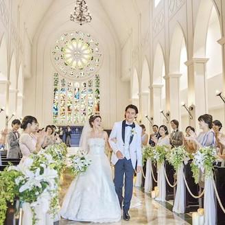 ゲストの祝福の拍手が緊張感を和らげ自然と笑顔にしてくれるロイヤル大聖堂。