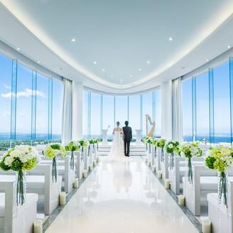 【チャペル】ふたりが入場すると、カーテンが開き、歓声が上がる純白のチャペル。