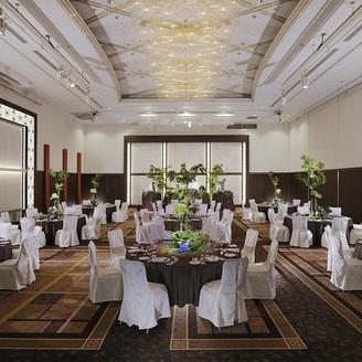 メインバンケットホール「ロイヤルホール」 藤原京をイメージした内装と、絨毯には吉野の桜をイメージして、桜の花びらをちりばめております。