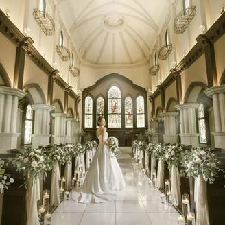 大聖堂はヨーロッパの大聖堂を再現。入場の扉が開くまで「新婦は当日バージンロードのエスコート役」以外の方との面会をお断りしており、開いた瞬間の感動を何よりも大切にしている。