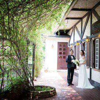 緑あふれるガーデンには撮影スポットがたくさん。四季折々の花景色はゲストにも人気。