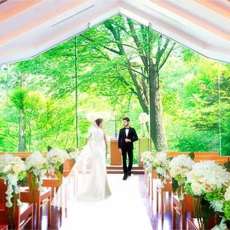 森の中に佇む独立型ガーデンチャペル。祭壇の奥に広がる自然が美しく、非日常感漂う特別な空間