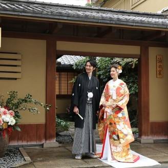 ふたりの門出はここから。門の前の記念写真はまさに夫婦としての旅立ちを象徴するものに。