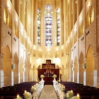 圧倒的なスケールを誇るサン・パトリス大聖堂の正面を飾る高窓や側廊には、アンティークステンドグラスが美しく輝き、神秘的で色鮮やかな光が大聖堂の壮厳美をより引き立ててくれます。 神聖さの中にも優雅さを漂わせ、お二人を迎えてくれます。
