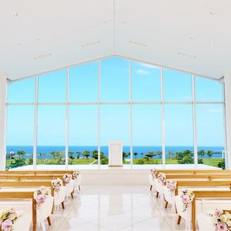 この青空とまぶしい光が真っ白なチャペルに降り注ぎ、リゾートならではのセレモニーが実現。