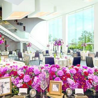 大階段と高い天井を持つモダンな雰囲気の披露宴会場「The SQUARE」