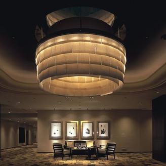 和紙を使ったモダンで温かい照明が、ゲストとともに安らげるひとときを作ってくれる。