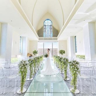 4方向に配したステンドグラスから自然光がたくさん降り注ぎ、花嫁とお気に入りのドレスを一層美しく見せてくれます。