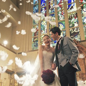 お二人を祝福する 天使の羽が舞い降りる