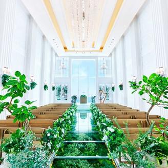 地上100mに位置し、天井高7mのスケール感を誇る開放感あふれる天空のチャペル「クリスタルスカイチャペル」。 埼玉エリア初のグリーンバージンロードが花嫁のドレス姿をより美しく彩ります。