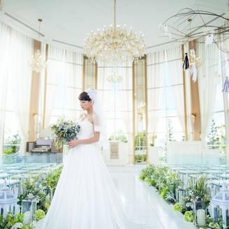 360度ガラス張りの水上円型クリスタルチャペル。光差し込む明るい自然光が花嫁の美しさをより一層際立たせる