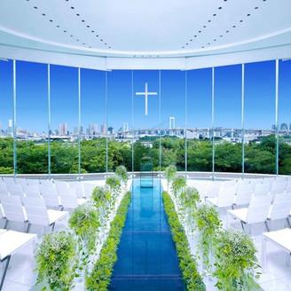 海を目前に佇み、イタリア語で「海の光」という名をもつガラスのチャペル。ガラス張りの下を清らかな水が流れるバージンロードの先には、東京の絶景が広がり陽射しあふれる昼も、イルミネーション煌く夜も、どちらも素晴らしい開放感の中で神聖な挙式が叶う。