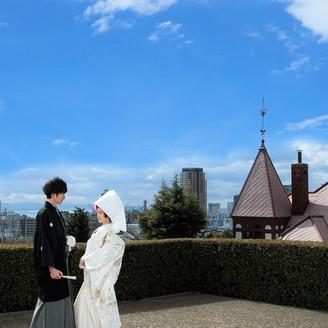 神戸で有名な風見鶏を背景に記念撮影