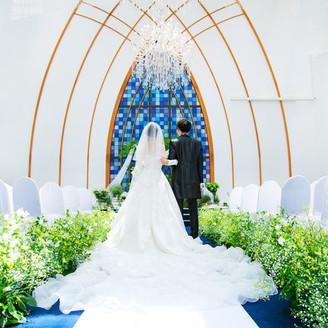 天井から降り注ぐ、自然光 ロイヤルブルーの爽やかな開放感溢れる挙式会場